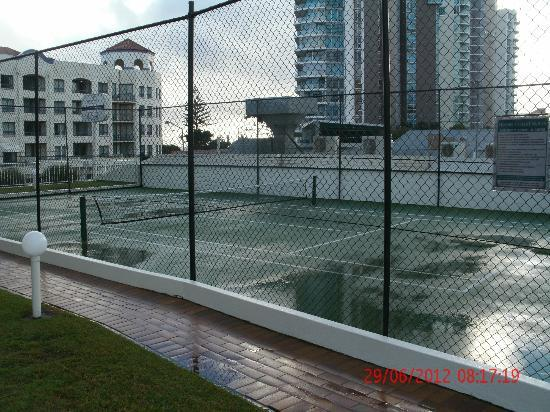 Beachcomber International Resort: Half Tennis Court
