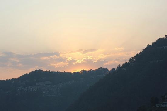 Peace Channels Dalhousie Resort : Sunset view from the room