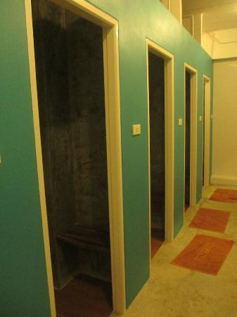 Glur Hostel: men bathroom