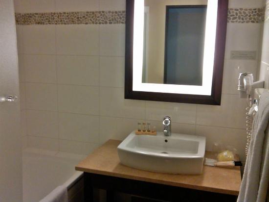 Hotel De Berny : tub/shower and sink