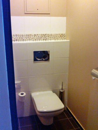 Hotel De Berny: Separate toilet room