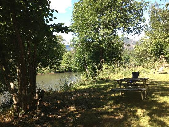 Motel Del Rogue: Public backyard. Access to river. Lots of chairs, lounges and two bbqs
