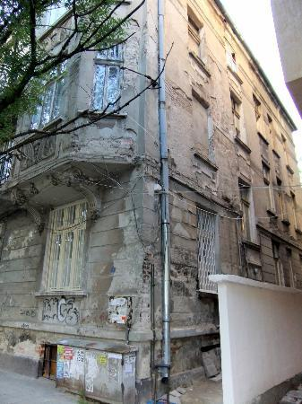 Hello Sofia Guesthouse: Crumbling house, not what they show on the website