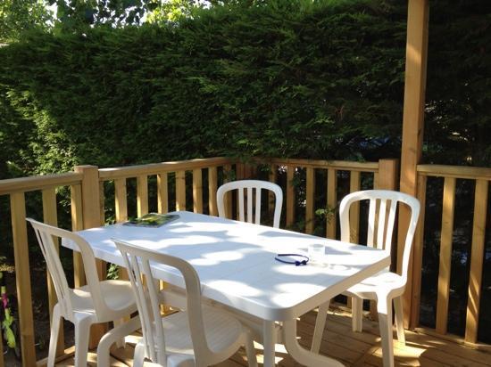 Camping La Tour des Prises : terrasse mobil home