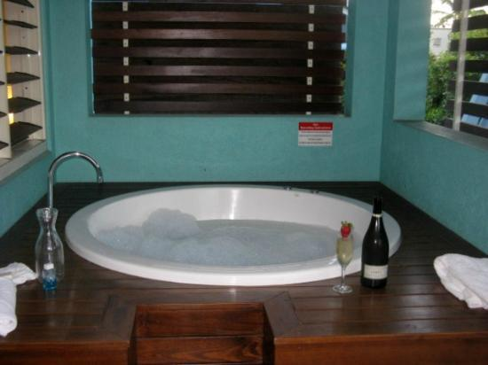 Mantra Aqueous On Port: spa tub