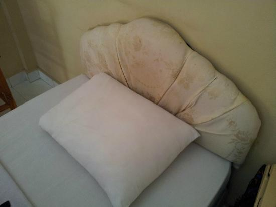 Hotel Sorga Cottages : tete de lit aux taches d'urine