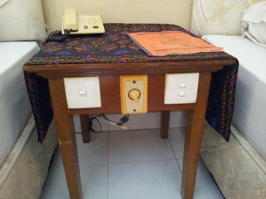 Hotel Sorga Cottages : table de nuit et branchement electrique d'un autre temps