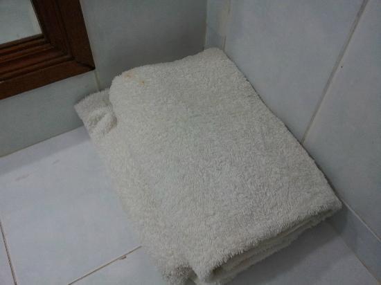 Hotel Sorga Cottages: taches sur ce qui sert de serviette de bain