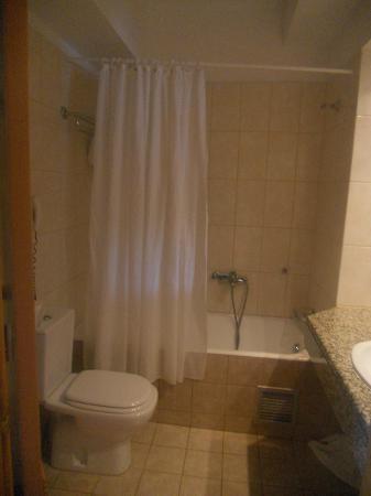 Alfa Beach Hotel: bath