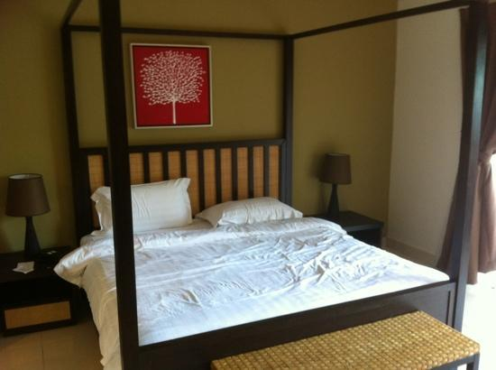 Banting, Malasia: the room with a poster bed