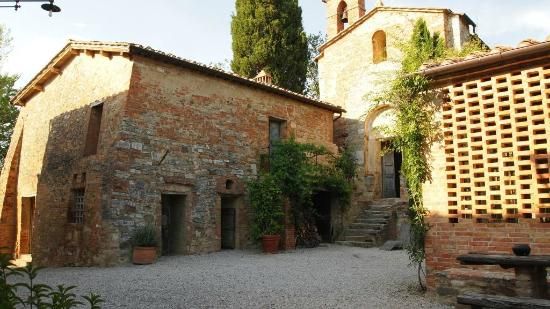 Pieve a Pava: The courtyard