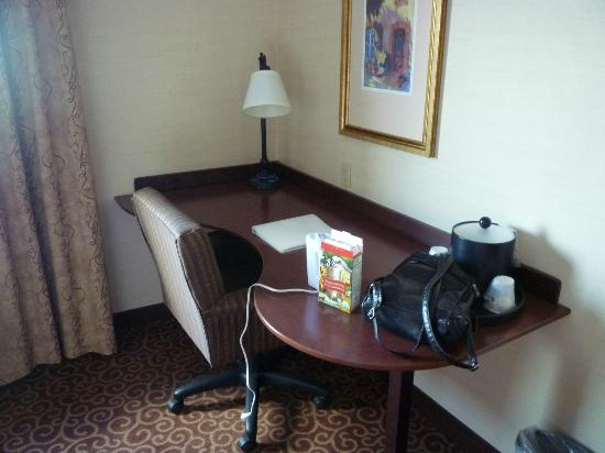 Hampton Inn Napanee-Ontario: desk area