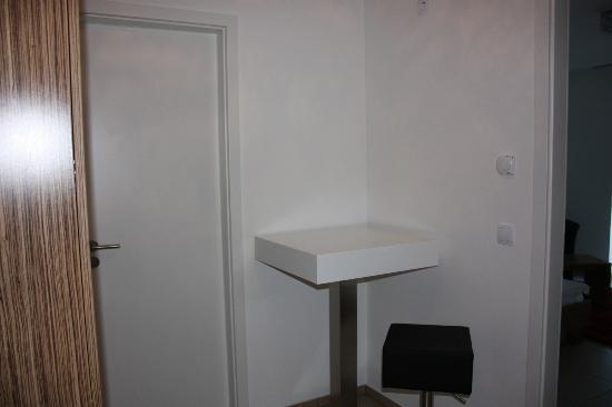 Boardinghouse HOME: Distribuidor a la entrada del apto con armario-cocina