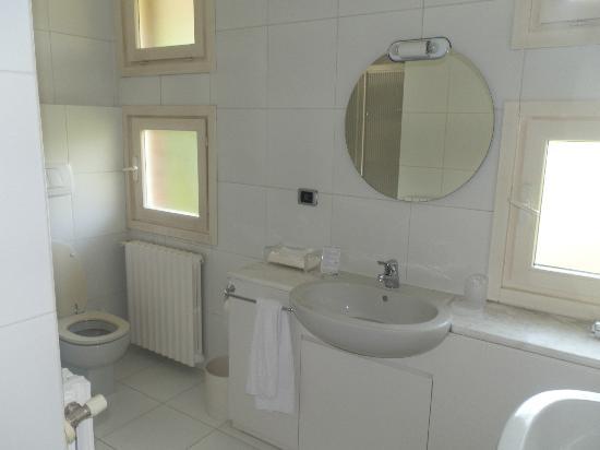 Albergo Ristorante Il Cascinalenuovo: Luxurious bathroom
