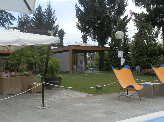 Albergo Ristorante Il Cascinalenuovo: Outdoor restaurant
