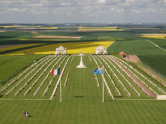 Villers-Bretonneux, Francia: View from the tower looking out over the cemetery and the country side.
