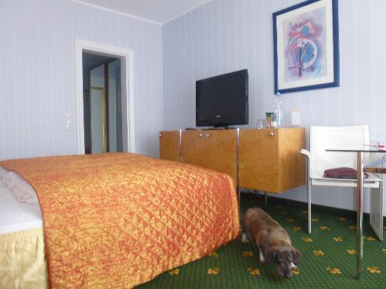 BEST WESTERN Alexa Hotel: Zimmeransicht mit Fernseher