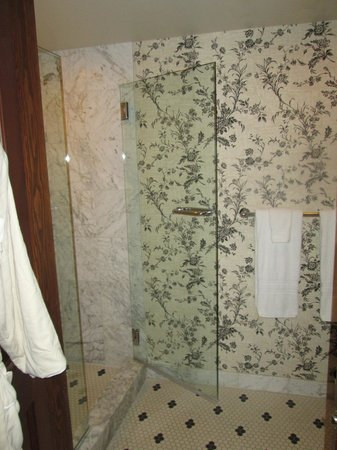 Hotel Jerome, Auberge Resorts Collection: Seperate shower room