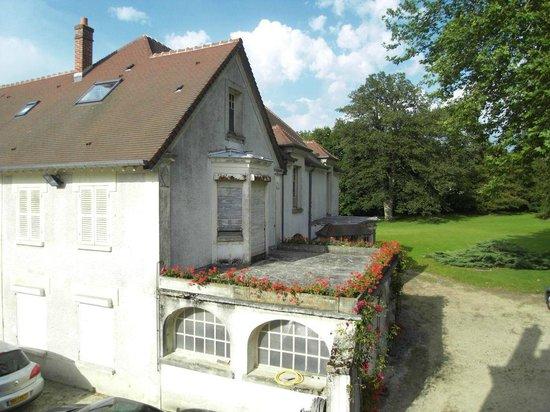 Chateau des Bondons: Aussicht aus dem Zimmer auf das Nebengebäude