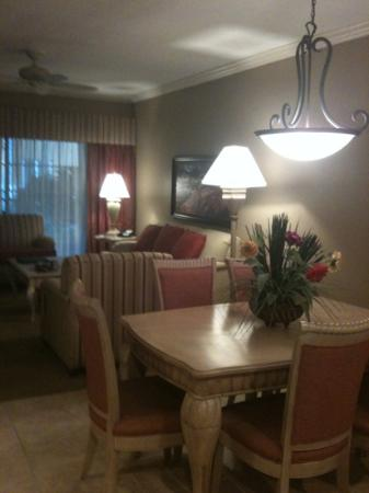 Bellasera Hotel: living and dining room in 2 bedroom
