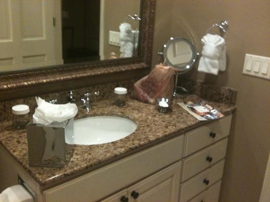 Bellasera Hotel: Marble and granite in bathrooms