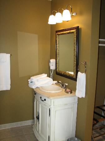 Hale Springs Inn: Andrew Johnson Suite bathroom