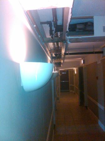 Plaza Hotel Curacao : Right outside the room, air tubes with alot of condense, no more dry wall