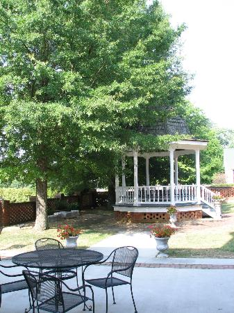 ‪‪Hale Springs Inn‬: Gazebo & Patio‬