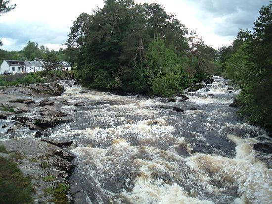 Killin, UK : All in a rush after the rain!!!
