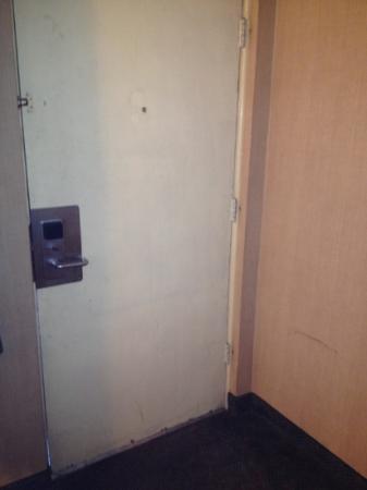 Days Inn Spokane: dirty- top lock broken!