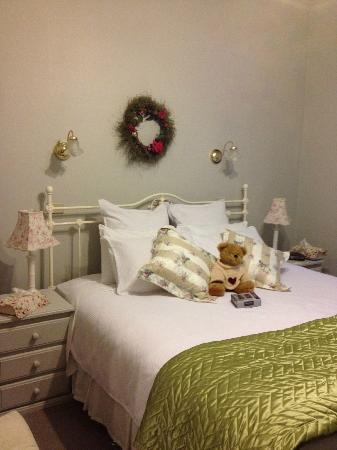 Lemonade Creek Cottages : Main bedroom with King size bed