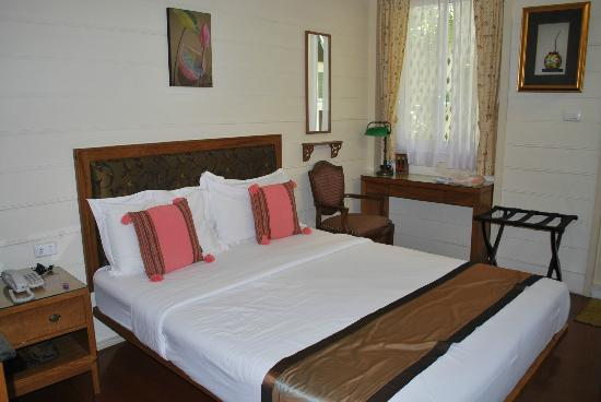 Baan Dinso Hostel: queen