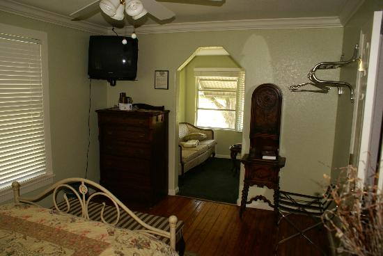 Nature Coast Inn: entry to sitting room