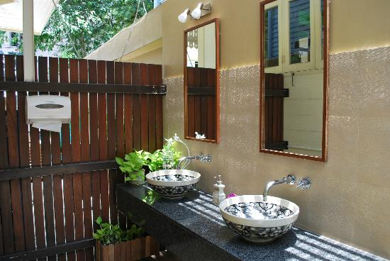 Baan Dinso Hostel: washroom, communal