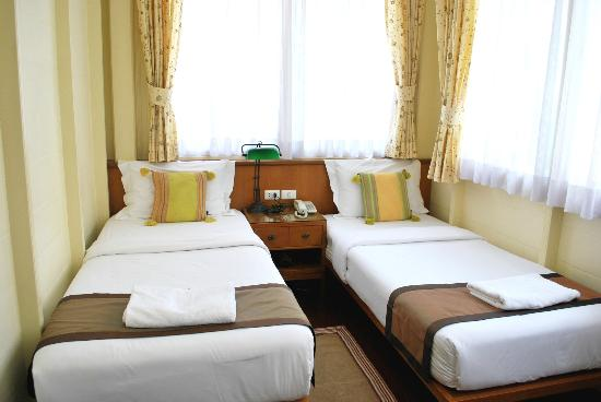 Baan Dinso Hostel: twin beds