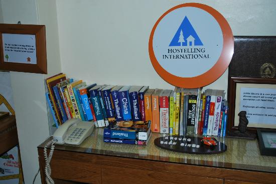 Baan Dinso Hostel: Books!