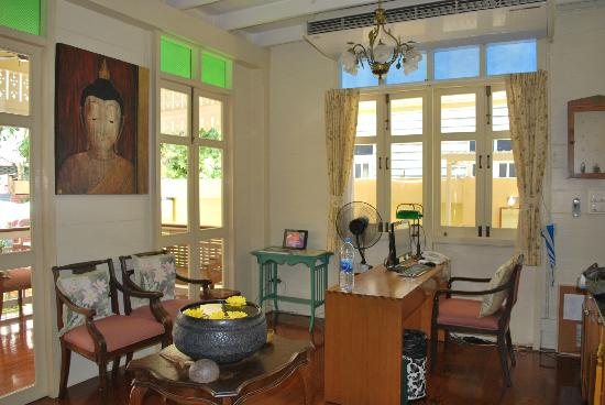 Baan Dinso Hostel: reception area