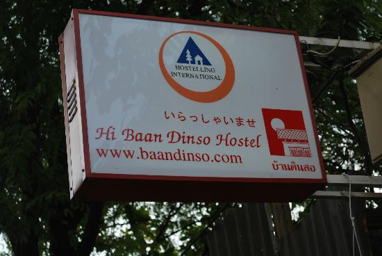 Baan Dinso Hostel: signage