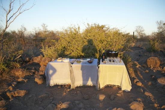 Singita Sweni Lodge: Surprise cocktail at the end of an afternoon game drive