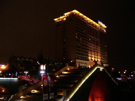 Hotel Nikko Wuxi: 運河沿いからみた無錫日航飯店