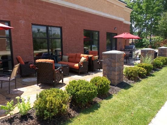 Hampton Inn & Suites Detroit/Chesterfield Township: Relax. Relate. Release. Enjoy our Patio with Bar-B-Que Grill.
