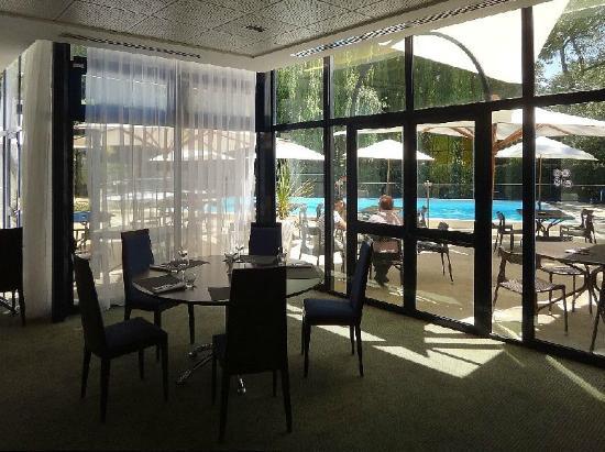 NOVOTEL LA ROCHELLE CENTRE : Common room and swimming pool