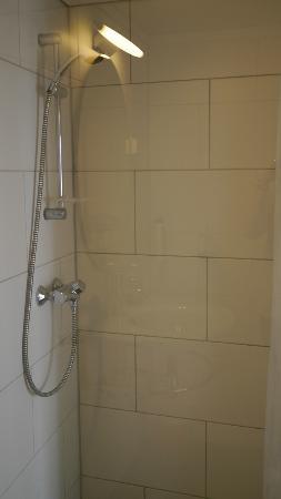 Skuteviken Guesthouse: shower