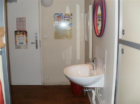 St Christopher's Canal Paris: coin lavabo dans le dortoir
