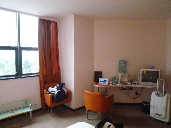 Jinghan Haoting Hotel: ネット接続無料、机は小さいけどあります