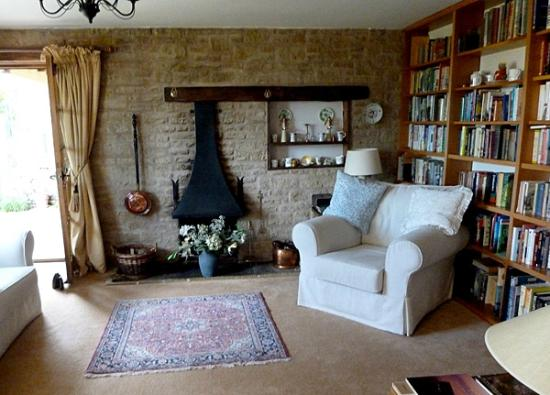 Little Gidding Bed and Breakfast: Part of the cozy library for indoor days