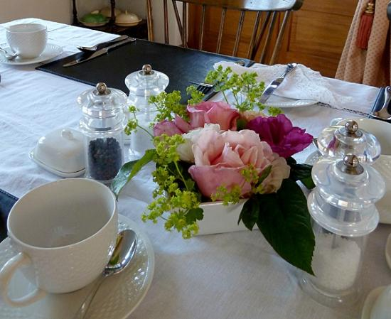 Little Gidding Bed and Breakfast: Beautifully laid breakfast table