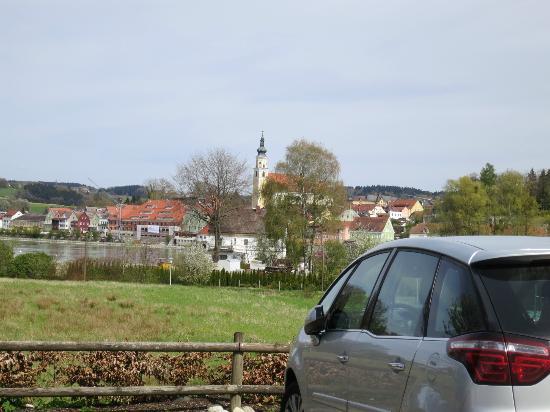 Apparthotel Alte Innbrucke: Scharding (Austria) seen from the hotel parking lot