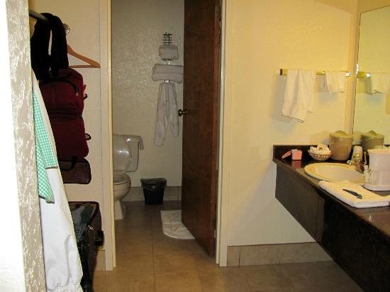 Wilderness Inn: Large Bathroom