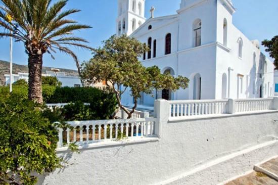 Angeliki Pension: η θέα στην πίσω πλευρά του ξενοδοχείου βλέπει στο κήπο της εκκλησίας